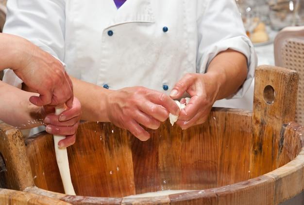 モッツァレラチーズの製造手作り職人技 Premium写真