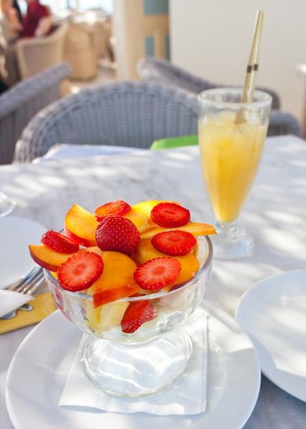 Чашка фруктового салата Premium Фотографии