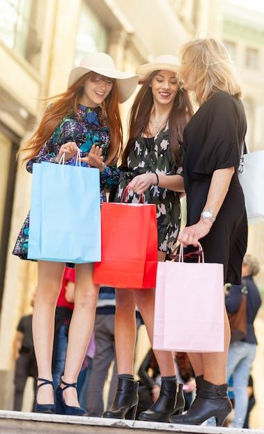Трое друзей ходят по магазинам. Premium Фотографии