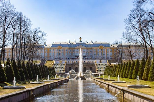 ペテルゴフ宮殿のグランドカスケードとサムソンの泉。 Premium写真