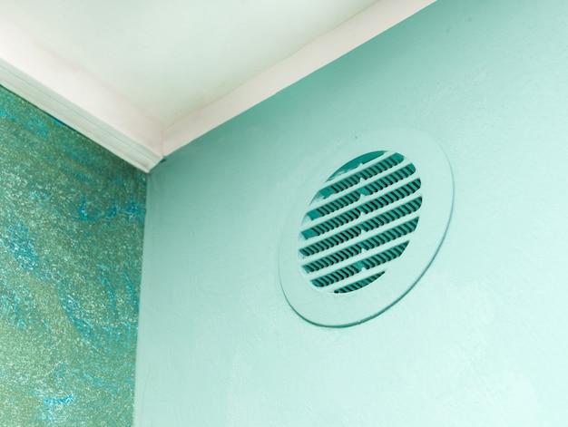 緑色の壁に丸いベントウィンドウ。 Premium写真