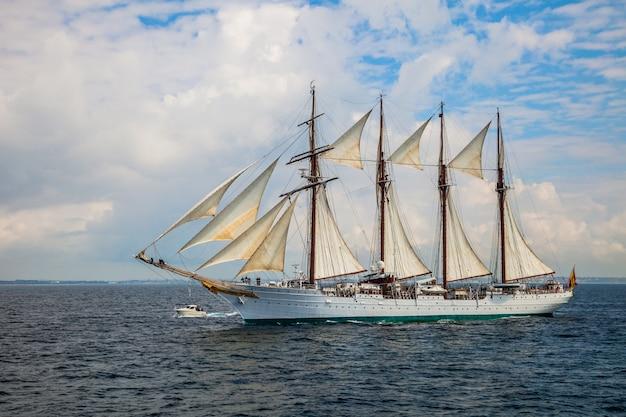 船フアンセバスチャンデエルカノ Premium写真