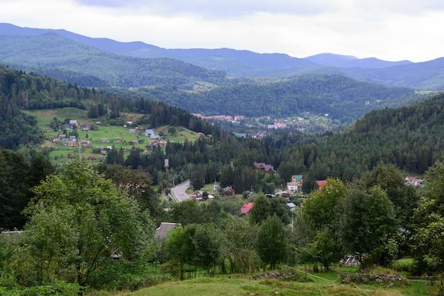 森と山の風景の真ん中にある家 Premium写真