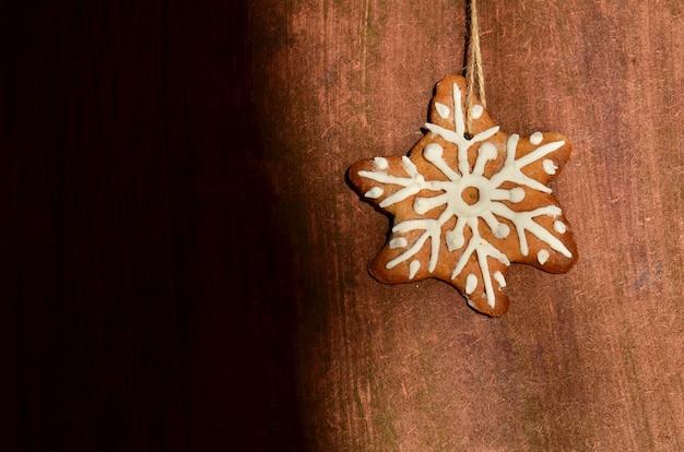 木製の背景に砂糖の艶出しとビスケット Premium写真