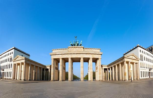 青い空と明るい日に、ドイツのベルリンのブランデンブルク門 Premium写真