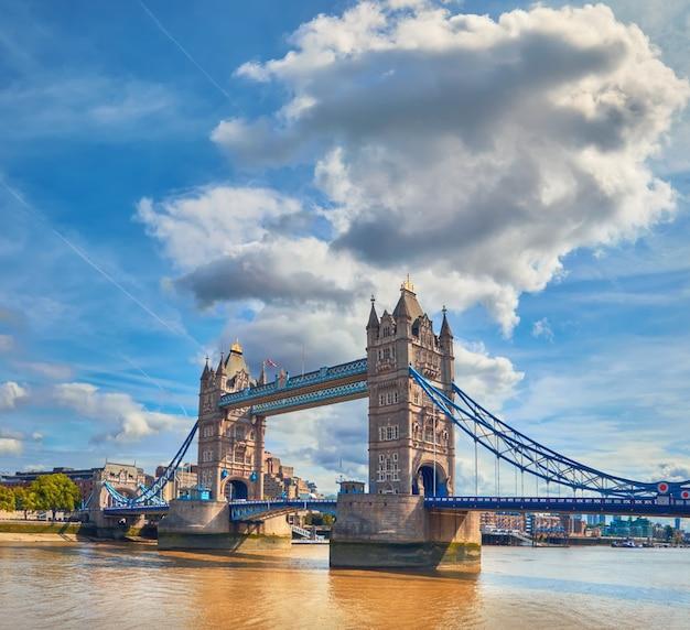 夏、パノラマ画像の明るい晴れた日にタワーブリッジ Premium写真