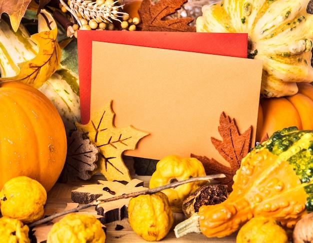 グリーティングカード、テキストスペースの周りの秋のフレーム Premium写真