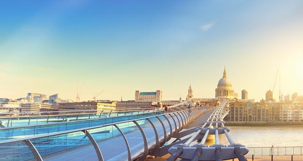 ロンドンのミレニアムブリッジとセントポール大聖堂のパノラマ画像 Premium写真