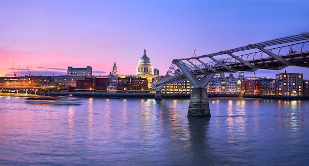 ロンドンの夕暮れ、テムズ川に架かる聖ポール大聖堂に向かって続くミレニアムブリッジ Premium写真