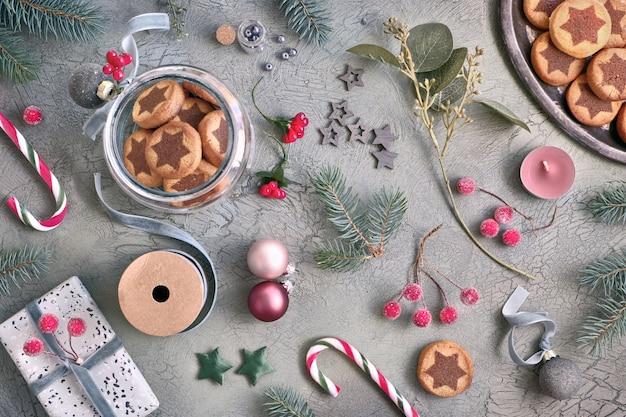 Рождественское печенье с шоколадной звездочкой с различными рождественскими украшениями и леденцами Premium Фотографии