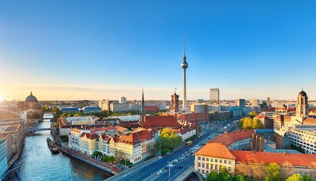 アレクサンダー広場のテレビ塔を含む、春の日没時のベルリン中心部の空撮 Premium写真