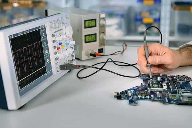 技術がサービスセンターのマザーボードを修正 Premium写真
