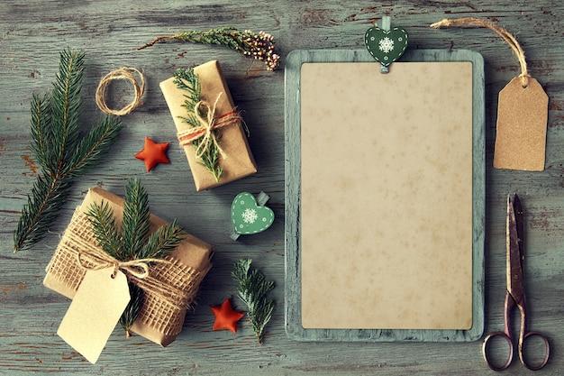 クリスマスの装飾と素朴な木製のテーブルの上の手作りギフト Premium写真