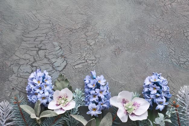 モミの小枝、青いヒヤシンスの花、冬のハーブと暗い冬のトップビュー Premium写真