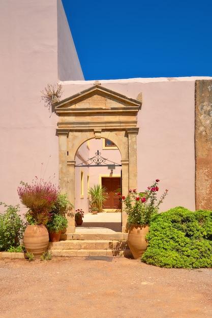 アーチ型の入り口を持つクレタ島のアルカディ修道院 Premium写真