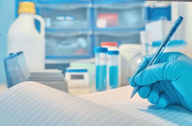 焦点が合っていない生物学または生化学ラボ Premium写真