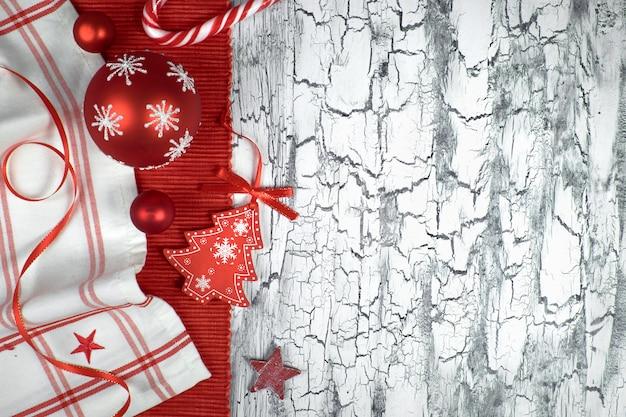 Красные рождественские безделушки с салфетками, лентами и конфетой Premium Фотографии
