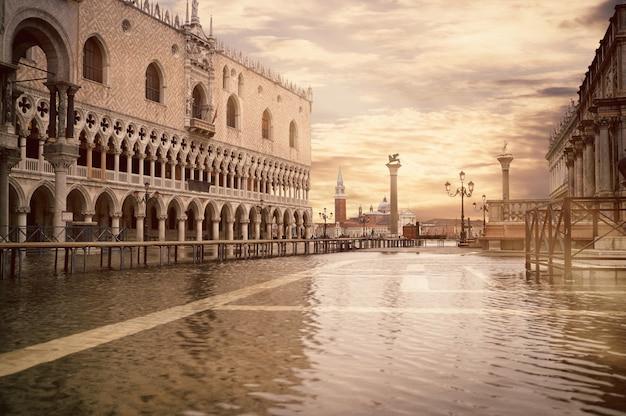Прилив или аква альта на площади сан-марко, тонированное изображение. Premium Фотографии