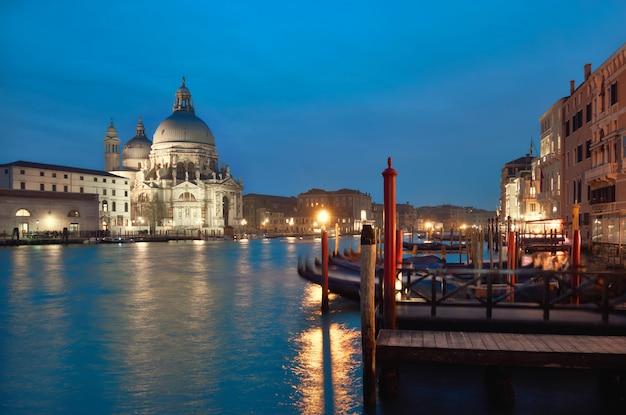 Освещенная церковь санта мария делла салюте в венеции, италия Premium Фотографии