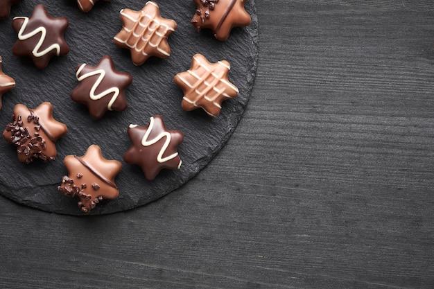 Звездообразные конфеты на темном текстурированном фоне, копией пространства Premium Фотографии