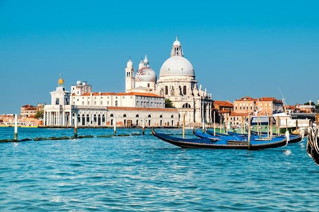 Большой канал и базилика санта мария делла салюте в венеции Premium Фотографии
