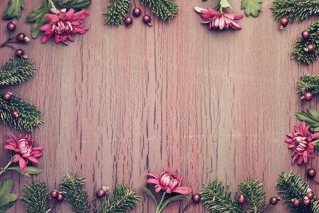 冬の装飾、コピースペースと織り目加工の背景にブルゴーニュの菊の花 Premium写真