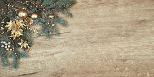 装飾モミの木の枝、コピースペースの角と木の上のクリスマスの装飾 Premium写真