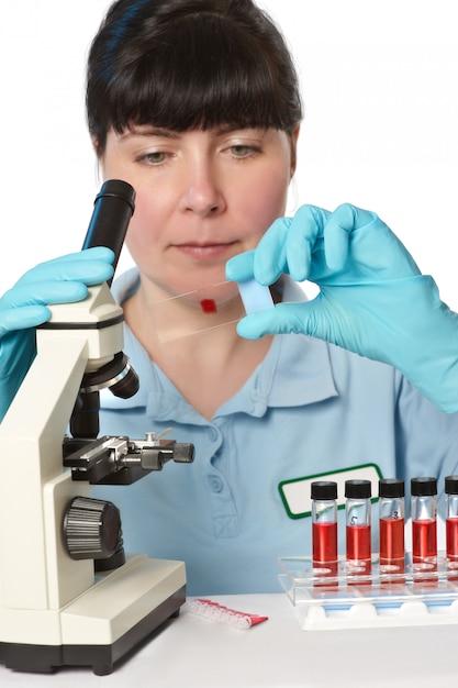 若い女性の顕微鏡技師の肖像画 Premium写真