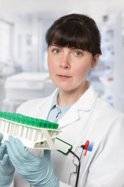 若い女性の科学者または技術の肖像画 Premium写真