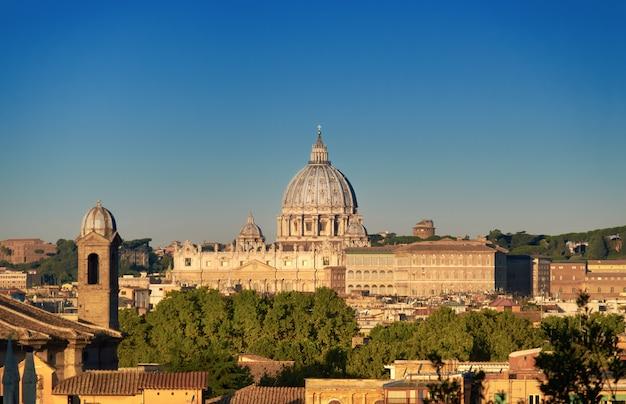 早朝、ローマ、イタリアのサンピエトロ大聖堂。 Premium写真