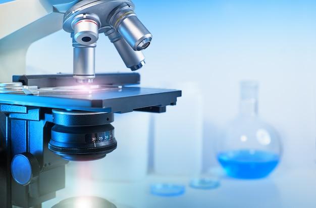 光学顕微鏡と実験室の焦点が合っていない状態での科学的研究 Premium写真
