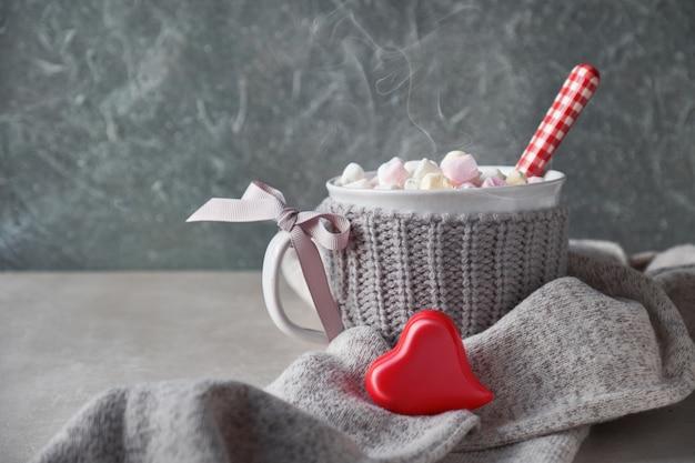 マシュマロとホットチョコレート、灰色の石のカップに赤いハート Premium写真
