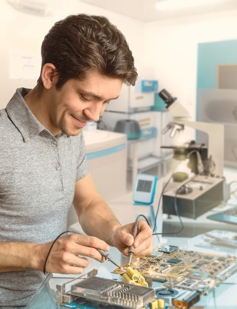 技術者またはエンジニアが研究施設の電子機器を修理する Premium写真