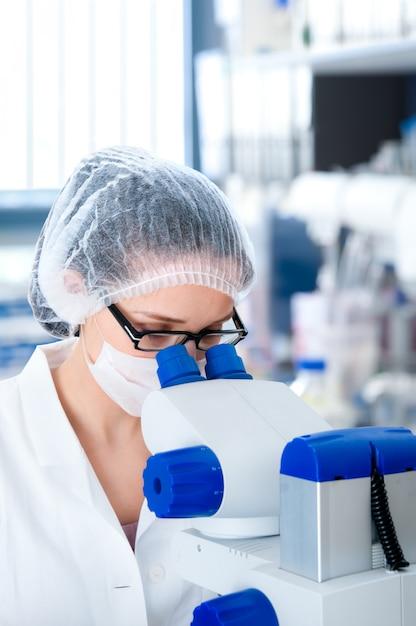若い女性顕微鏡技師 Premium写真
