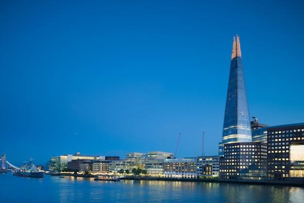 Лондон, южный берег с осколком рано вечером Premium Фотографии