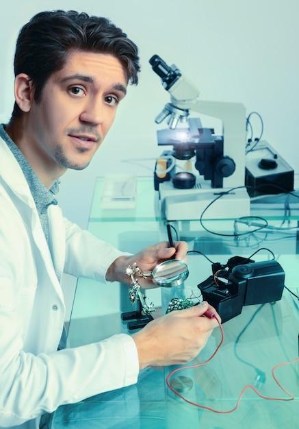 若いエネルギッシュな男性技術が電子機器を修正 Premium写真