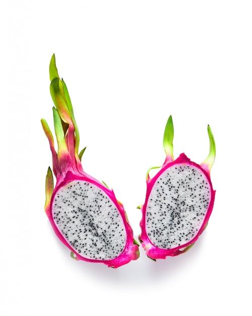 新鮮なオーガニックのピンク、白、緑のドラゴンフルーツ(ピタヤまたはピタハヤ)の創造的なフラットレイアウト Premium写真