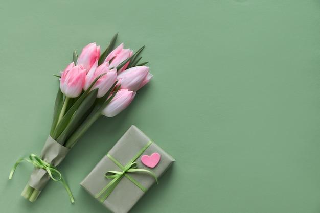 ピンクのチューリップ、ヒヤシンス、包装ギフト用の箱および装飾的な心 Premium写真