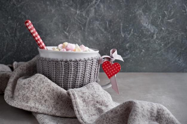 マシュマロ、カップに赤いハート、コピースペースとホットチョコレート Premium写真