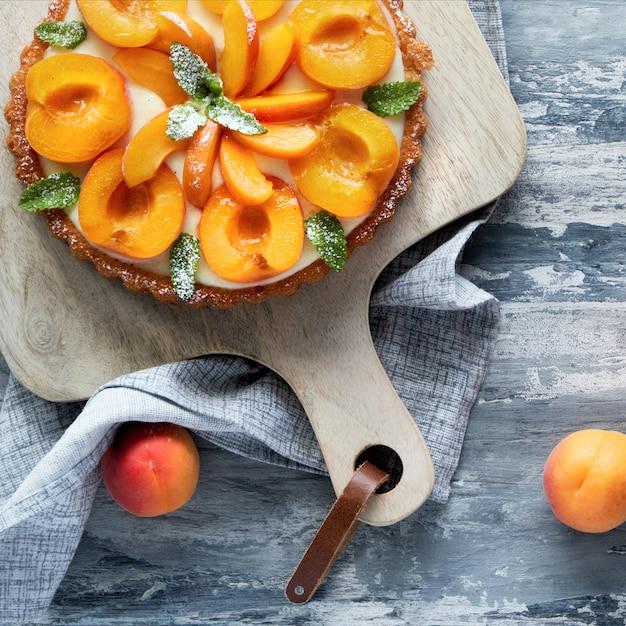 Вид сверху абрикосовый пирог с мяты Premium Фотографии