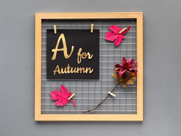 Осень концепция бумаги ремесло для дизайна интерьера или творческие идеи для украшения дома. фотосетка с фиолетовой бумагой осенние листья, цветок и бумага с надписью «а на осень». Premium Фотографии