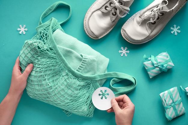 革の靴とセーターをひもまたはメッシュの袋に詰めます。廃棄物ゼロのクリスマスプレゼント。 Premium写真