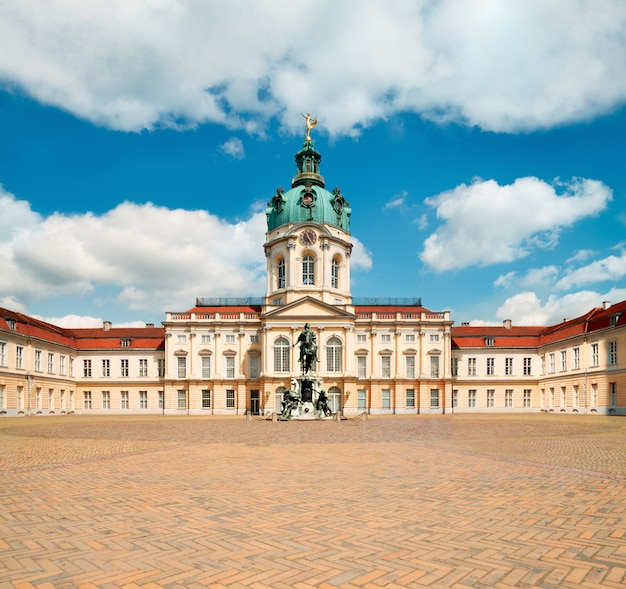 明るく晴れた日にベルリンのシャルロッテンブルク宮殿 Premium写真