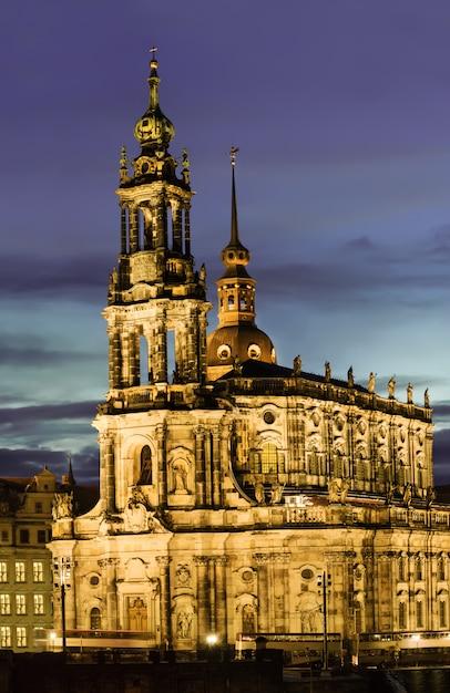 夜のドレスデン、ホーフ教会 Premium写真