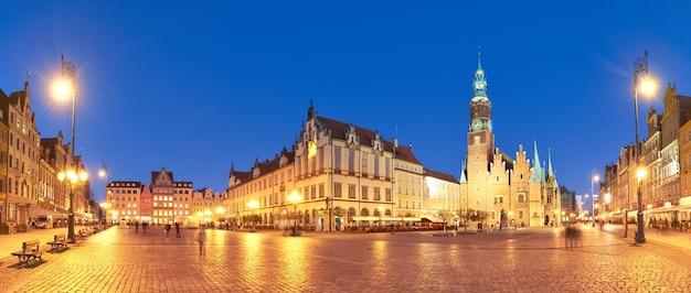 マーケット広場とヴロツワフ、ポーランドの夜の市庁舎 Premium写真