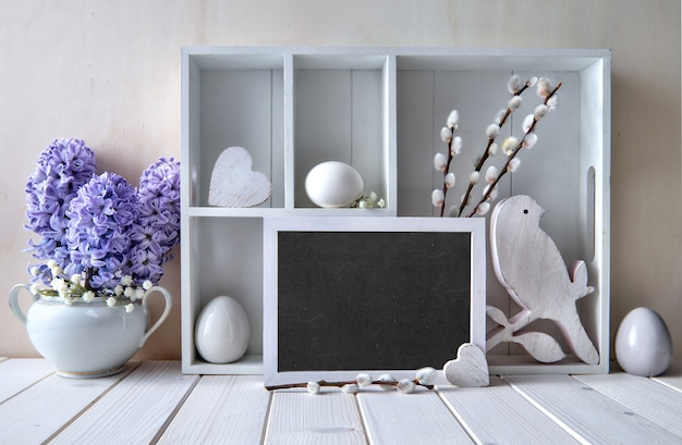 春の装飾が施された春の壁。イースター装飾、テキストが付いている飾り戸棚 Premium写真