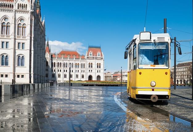 ハンガリー、ブダペストの国会議事堂を通過する歴史的な路面電車 Premium写真