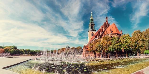 ベルリンのアレクサンダー広場と聖マリア教会の噴水 Premium写真
