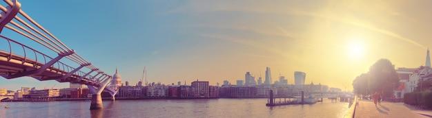 ロンドン、テムズ川岸とミレニアムブリッジのパノラマ Premium写真