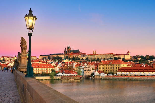 古いプラハと聖ヴィート大聖堂のカレル橋 Premium写真
